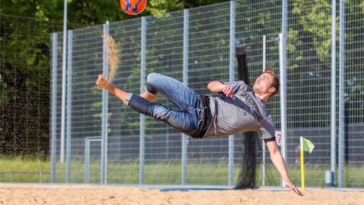 Noel Ott, Schweizer Nationalspieler im Beachsoccer, vermisst den Fussball auf dem Rasen nicht.