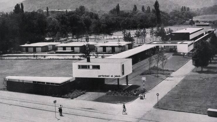 Schön klar: So sah das Gartenbad St. Jakob bei seiner Eröffnung 1955 aus. Rechts oben das «Käschteligebäude». Viele der in der Zwischenzeit durchgeführten baulichen Anpassungen bereiten der Denkmalpflege Bauchweh.