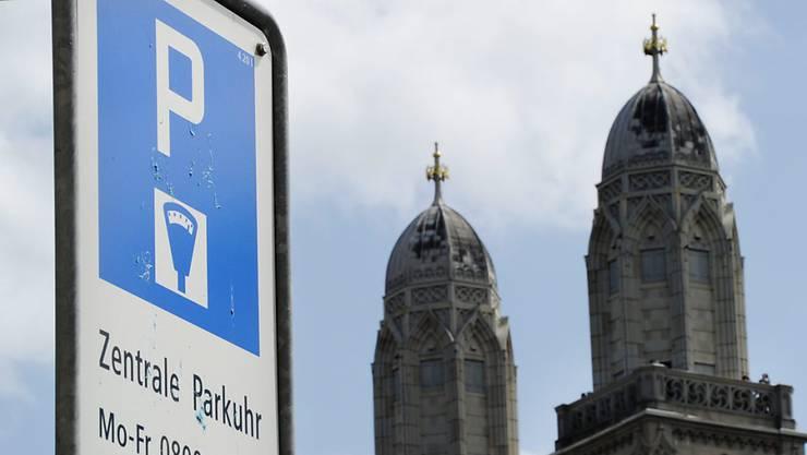 Zürcherinnen und Zürcher müssen in ihrer Stadt künftig mehr Parkgebühren zahlen. (Symbolbild)