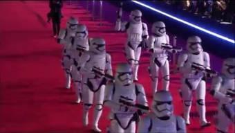 Thumb for 'C3-PO, R2-D2 und die Stormtrooper auf dem Roten Teppich: Weltpremiere des neuen «Star Wars»-Streifens am 14. Dezember in Los Angeles.'