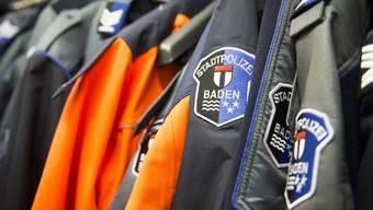 Uniformen der Stadtpolizei Baden: Ein Mitglied des Korps sowie Solothurner Polizisten wurden massiv bedroht. (Symbolbild)