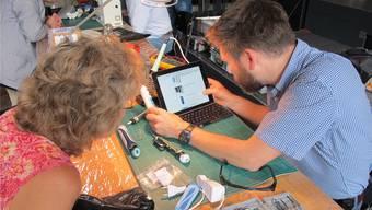 Konsumenten, die an ihren Alltagsgegenständen hängen, können diese im Repair-Café in Zuchwil reparieren lassen.