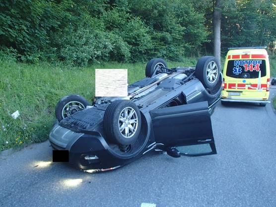 ... und dieser Land Rover, der auf dem Dach liegend zum Stillstand kam.