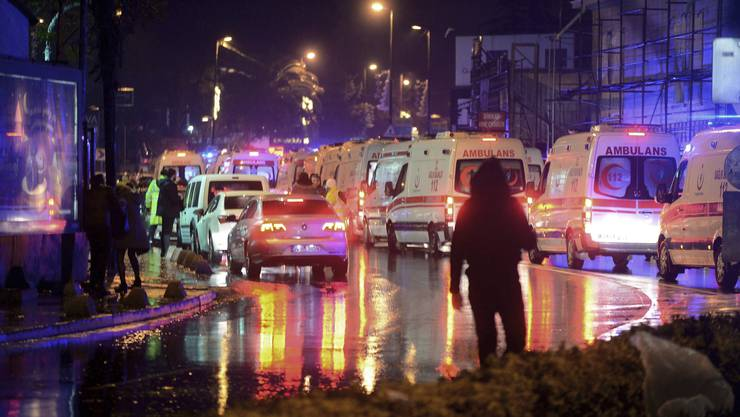 Terroranschlag im Nachtklub Reina in Istanbul: Mindestens 39 Menschen sterben, Dutzende werden verletzt.