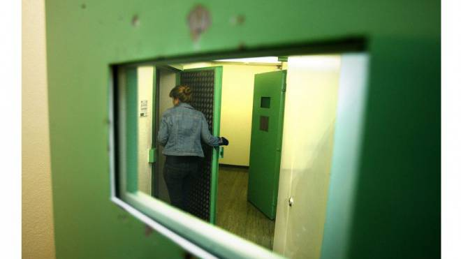 Zahlreiche Massnahmen sollen Arrestzellen der Zürcher Kantonspolizei sicherer machen. Hier eine Zelle der Regionalwache Urania in Zürich. Foto: Steffen Schmidt/Keystone