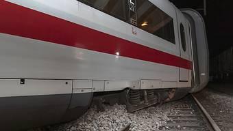Der querstehende erste Wagen des entgleisten Intercity-Zuges (ICE) kam bloss 20 Meter vor einer Beton-Trennwand zum Stillstand.