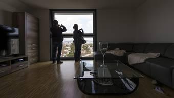 Eine bezahlbare, aber auch angemessene Wohnung finden - für von Armut betroffene Schweizer ist das eine Herausforderung.