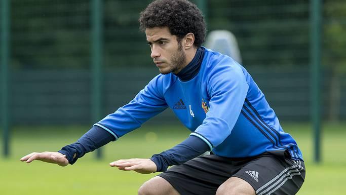 Omar Gaber wärmt sich vor dem ersten Training für den FCB auf.