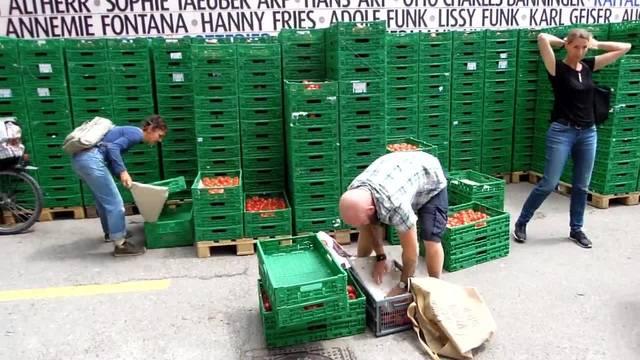 Fleissig werden die eingekauften Tomaten eingepackt.