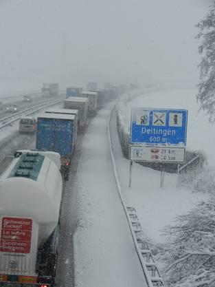Der Verkehr staut sich auf der A1