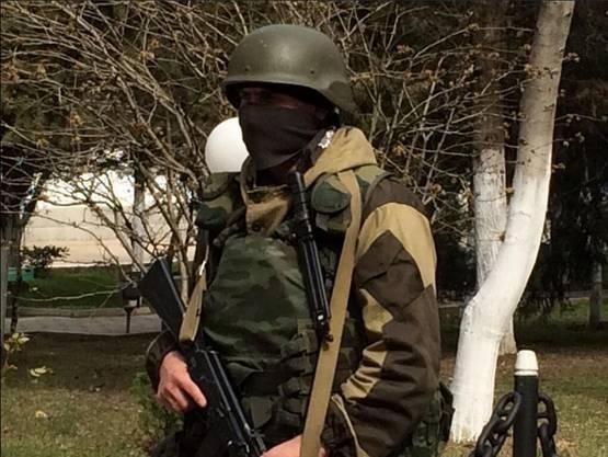 Ein Soldat beim Hauptquartier der Marine in Sewastopol.