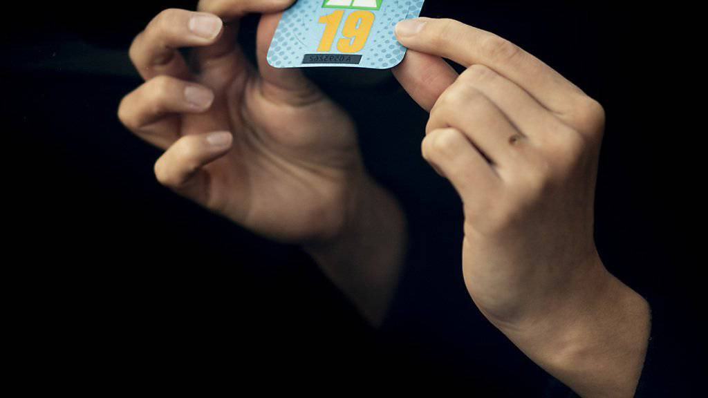 Wer will, darf weiter kleben. Alle anderen sollen sich ab 2022 für eine elektronische Vignette entscheiden können. (Archivbild)