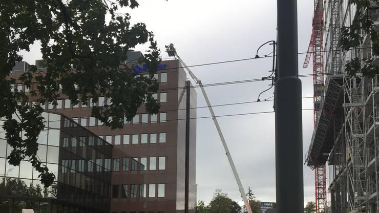 Der Hubretter der Basler Feuerwehr stand im Einsatz.