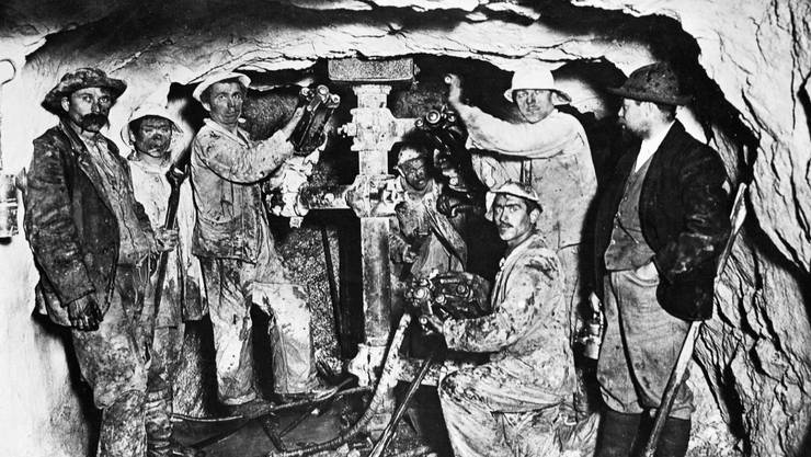 Gebaut wurde die unterirdische Schweiz von Einwanderern. Hier beim Bau des Lötschbergtunnels 1912.