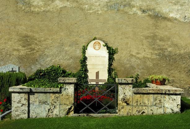 So unsterblich seine Kunst auch war: Der deutsche Dichter Rainer Maria Rilke schied bereits mit 51 aus dem Leben. Er hielt testamentarisch fest, dass er neben der Burgkirche des Walliser Dorfes Raron bestattet werden möchte. Dort liegt er bis heute – mit unschlagbar schönem Ausblick auf das Rhonetal. Rätsel gibt die selbst gedichtete Grabinschrift auf: «Rose, /oh reiner Widerspruch, / Lust, Niemandes Schlaf zu sein / unter so viel Lidern.»