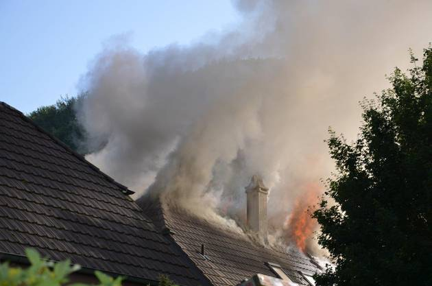 Der Dachstock wurde aber zerstört. Es entstand erheblicher Sachschaden.