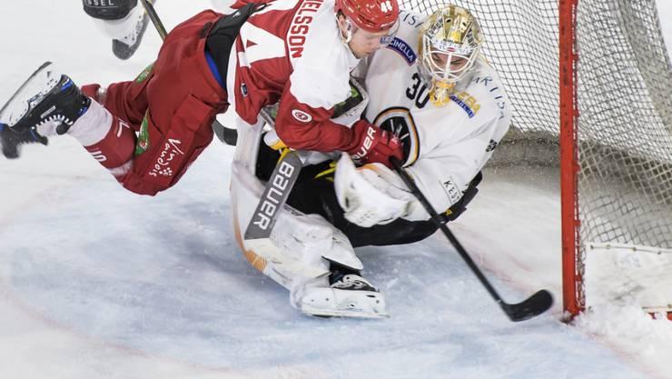 Lausannes Stürmer Nicklas Danielsson versucht, die Scheibe an Lugano-Goalie Elvis Merzlikins vorbeizubringen