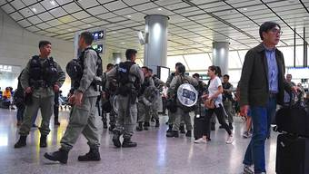 Hunderte Bereitschaftspolizisten patrouillierten am Samstag am Hongkonger Flughafen.