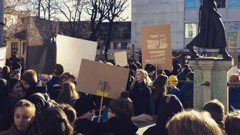 Mehrere hundert Schüler fordern in Basel klimaneutrale Schweiz