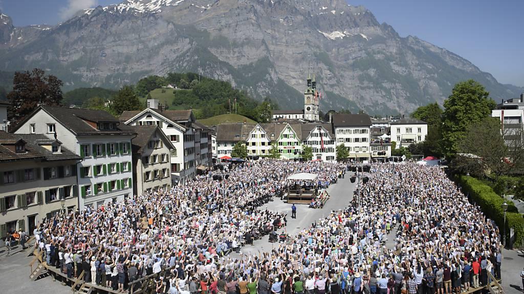 Die stimmberechtigten Glarnerinnen und Glarner werden dieses Jahr möglicherweise zweimal auf dem Zaunplatz in Glarus zur Landsgemeinde zusammenkommen. (Archivbild)