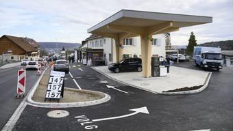 Bergdietikon eröffnet Tankstelle und Volg