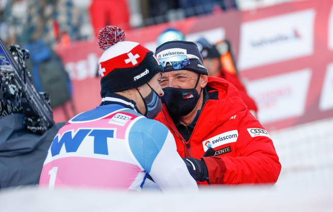 Loïc Meillard (links) im Gespräch mit Trainer Helmut Krug.