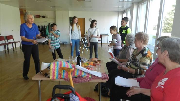 Regisseurin Heidi Schild (links) kann auf eine engagierte Gruppe von Schauspielerinnen und Schauspielern zählen. BA