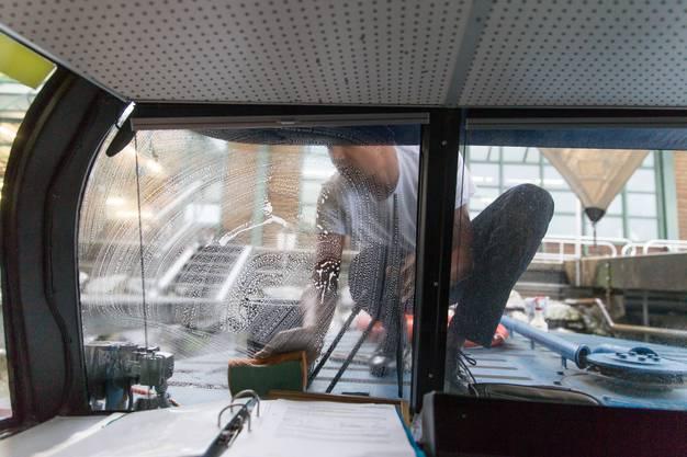 Holdeners Arbeitskollege Tobias Schwager hilft auch beim Scheibenputzen.