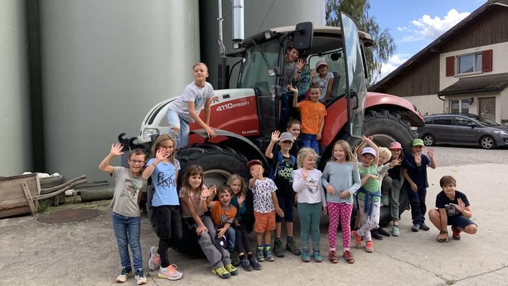 Strahlende Kinderaugen beim grossen Traktor.
