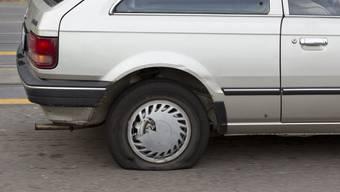 An einem guten Dutzend parkierter Autos wurden teils Pneus zerstochen und Scheibenwischer abgerissen. (Symbolbild)