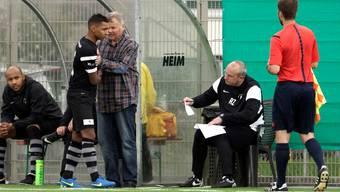 Peter Faé gibt seinem Spieler Rodrigue Laurent Anweisungen.