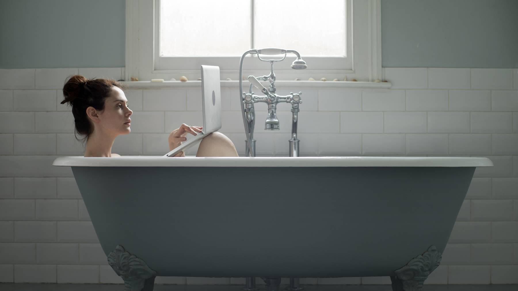 Völlig falsch: Wenn man während der Arbeitszeit badet, sollte man den Laptop nicht dabei haben.