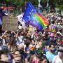 Bei der Pride-Demo in Berlin wurden die Corona-Regeln wie Abstandhalten und das Tragen einer Mund-Nasen-Bedeckung weitestgehend eingehalten.