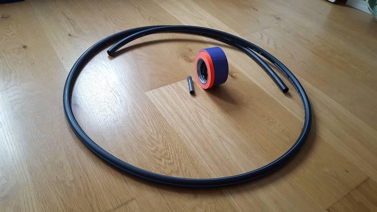 Das brauchen Sie: Ein Rohr zum Beispiel aus Polyethylen. Gut eignen sich diejenigen mit einem Durchmesser von 2,5 Zentimetern. Zudem: Ein Verbindungsstück und farbiges Klebeband.