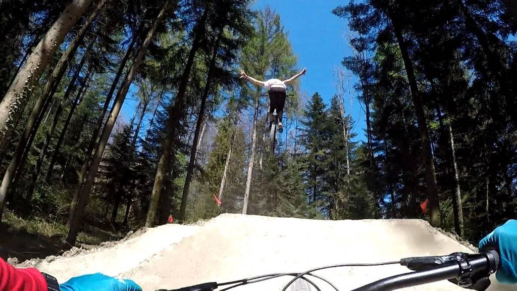 Action, Jumps und Steilkurven: Profi-Biker testen neuen Biketrail