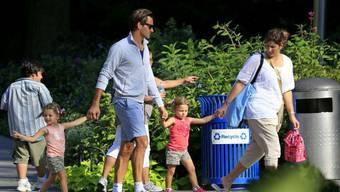 Noch ohne Vierbeiner: Familie Federer bei einem Spaziergang. Foto: Dukas