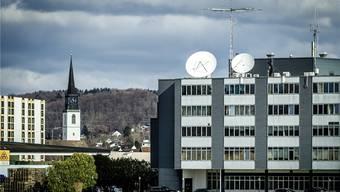 Auf dem Dach der Firma Wavecom steht eine hochwertige Abhöranlage. Die Parabolantennen sind auf den Satelliten Inmarsat 3 F2 ausgerichtet.
