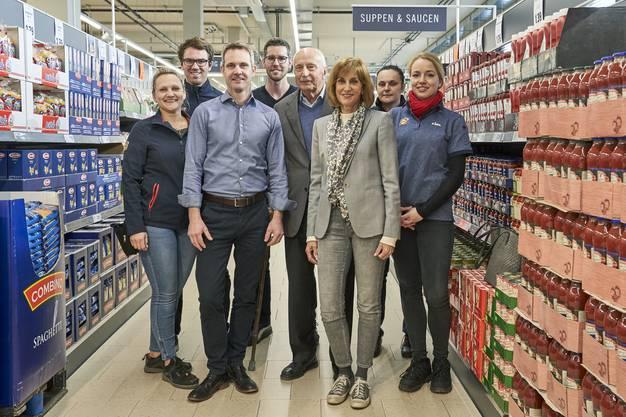 «Ich bin stolz auf den Laden – er passt gut zum Gebäude»: Kathrin Hangartner, Kaspar Hangartner und Thomas Bätzold (Lidl) inmitten von Angestellten des Discounters