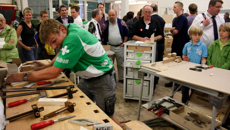 Die Zuschauer beobachten Reto Mösli (AR) bei der Arbeit