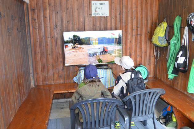 Kino in der Garderobe Hier wird der Baufilm im Zeitraffer gezeigt.