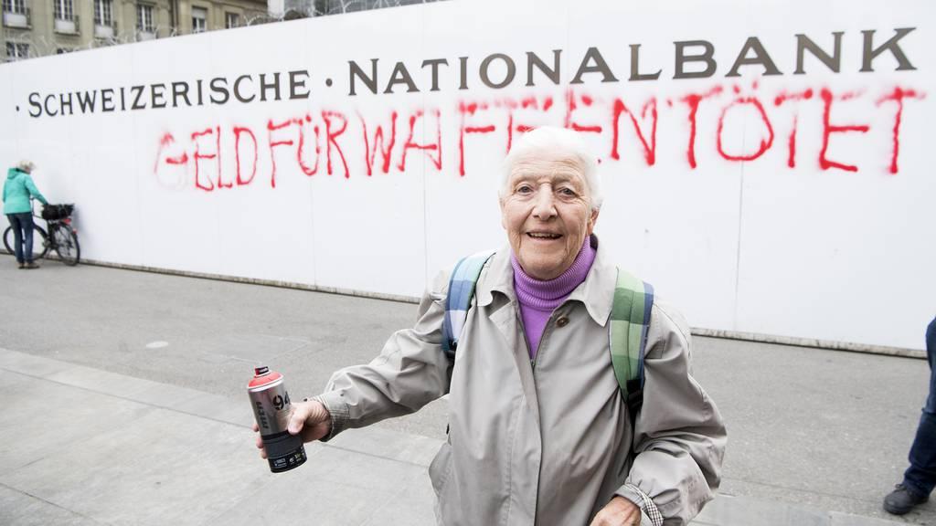 GSoA-Aktivistin sprayt in Bern