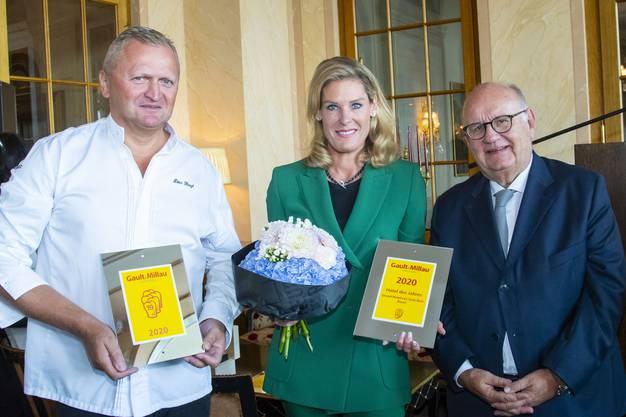 Trois Rois wird Hotel des Jahres Gault Millau: vlnr Koch Peter Knogel, Managerin Tanja Wegmann und Urs Heller Chef Gault Millau Schweiz