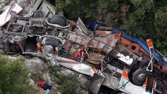 Der verunglückte Bus bei der Stadt Hirame