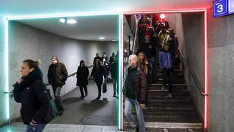 Die Fussgänger-Ampel mit roten und grünen Neonröhren im Berner Bahnhof kam bei den Reisenden nicht an und hatte kaum Auswirkungen auf die Fussgängerströme.