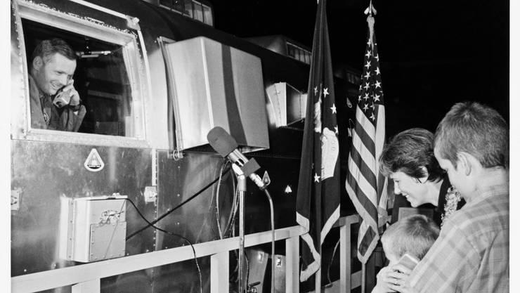 US-Astronaut Neil Armstrong spricht aus der Quarantäne-Box zu seiner Frau Jane und den  Kindern Rick und Mark.