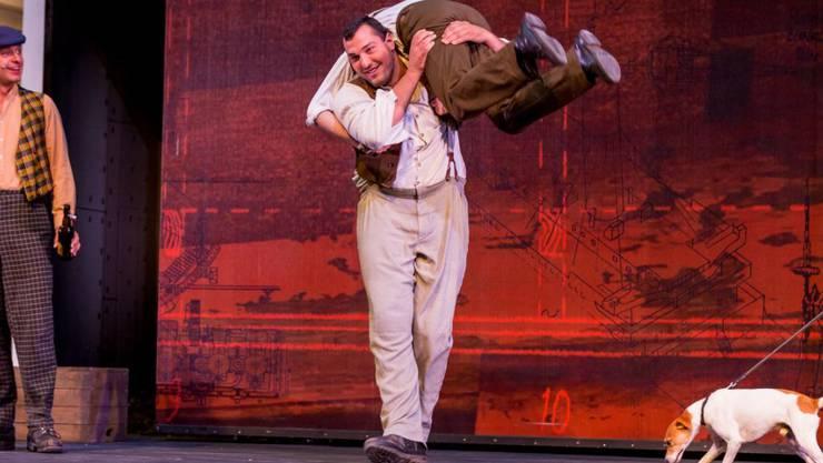Das Tanzbein mochte Schwinger Daniel Bösch auf der Walensee-Bühne nicht schwingen, aber zumindest schwang er sich einen Mitpassagier auf die Schulter (Handout)