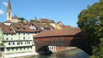 Geschützte Dächer über der Limmat in Baden.  Walter Schwager
