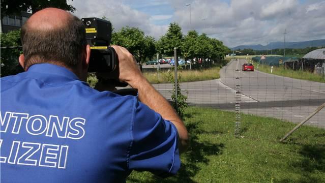 Mit einem Lasermessgerät mass die Polizei die Geschwindigkeit der Fahrerinnen und Fahrer. (Symbolbild)