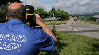 Gleich drei Autofahrer mussten ihre Ausweise abgeben, nachdem sie mit weit erhöhter Geschwindigkeit vom Lasermessgerät der Polizei erfasst wurden. (Symbolbild)
