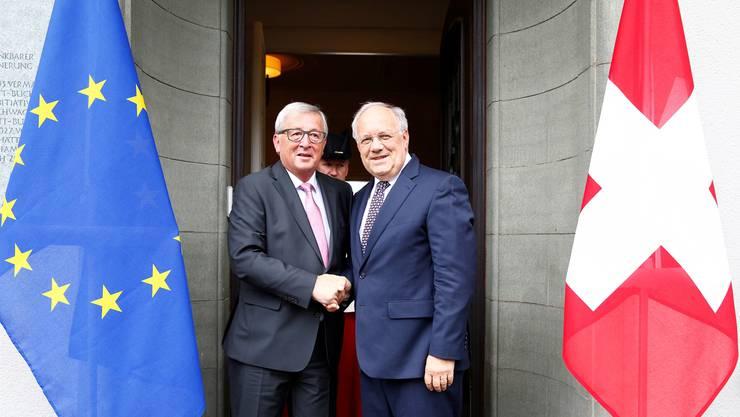 Freundlicher Handschlag, aber weit weg von einer Einigung: Jean-Claude Juncker (l.) und Johann Schneider-Ammann lächeln für das offizielle Foto.Ruben Sprich/REUTERS